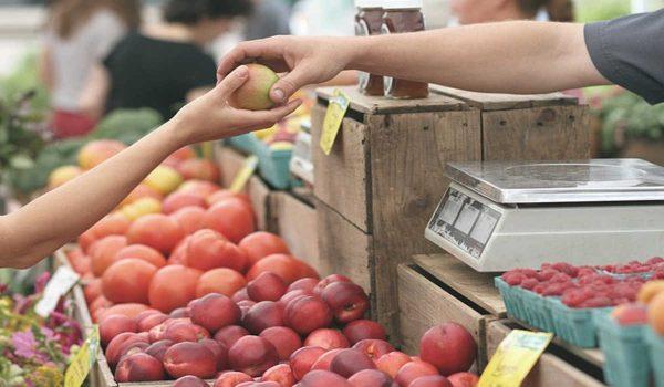 Apfelkauf auf dem Markt