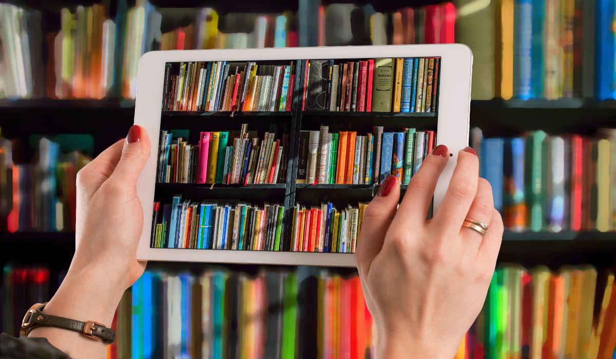 Tablet fotografiert Bücherregal