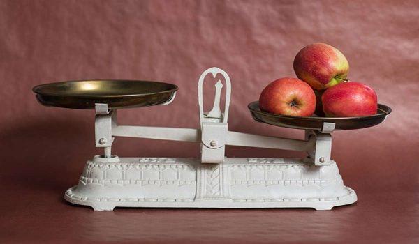 Waage mit Äpfel drauf